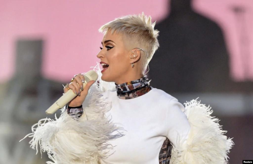 美国歌星凯蒂·佩里在曼彻斯特慈善音乐会上演唱(2017年6月4日)。