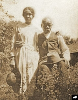 Emily Dickinson servant Henry Hawkins with his grand-daughter Helen Pettijohn.