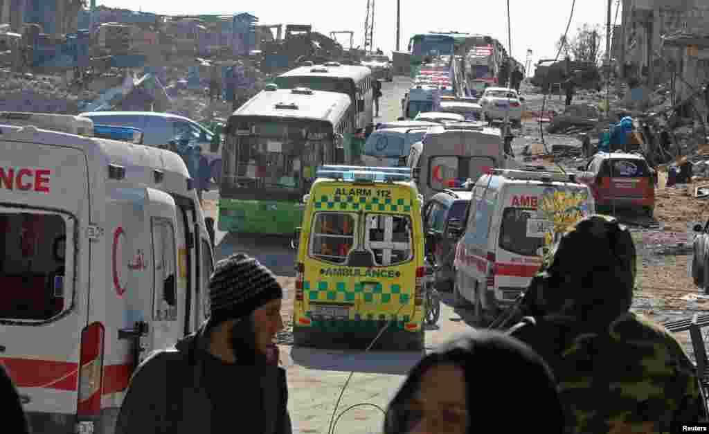 آمبولانس و اتوبوسهایی که آماده هستند مجروحان و مخالفان اسد را از شرق حلب خارج کنند.
