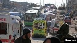 等待从阿勒颇转移人员的救护车和绿色大巴。
