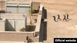پنجاب پولیس کے اہلکار کھاریاں میں فوجی تنصیب پر مشق کرتے ہوئے۔ (فائل فوٹو)