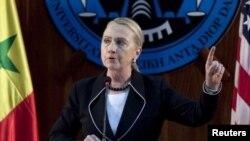 ລັດຖະມົນຕີການຕ່າງປະເທດສະຫະລັດ ອາເມຣິກາ ທ່ານນາງ Hillary Clinton ກ່າວຄໍາປາໃສ ທີ່ມະຫາວິ ທະຍາໄລ Dakar ປະເທດ Senegal ໃນວັນທີ 1 ສິງຫາ, 2012.