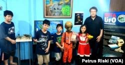 Nur Agustinus bersama keluarga. Pendiri dan Ketua BETA UFO Indonesia. (Foto: VOA/Petrus Riski)