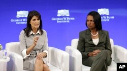 L'ambassadrice américaine à l'ONU, Nikki Haley, à gauche, et l'ancienne secrétaire d'État américaine, Condoleezza Rice, participent à une table ronde organisée par l'Institut George W. Bush à New York, le 19 octobre 2017.