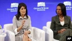 نیکی هیلی سفیر آمریکا در سازمان ملل در کنار کاندولیزا رایس وزیر خارجه دولت جرج بوش