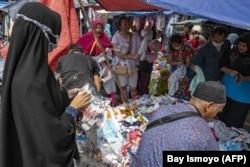Orang-orang berbelanja di tengah pandemi virus Covid-19, di sebuah pasar di Jakarta, pada 28 November 2020. (Foto: AFP/Bay Ismoyo)
