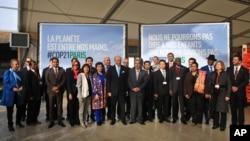 """Les chefs d'Etat réunis pour la """"pré-COP 21"""" au Bourget, France, le 8 novembre 2015. (AP)"""