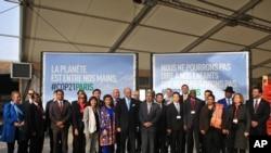 """Les chefs d'Etat réunis pour la """"pré-COP 21"""" au Bourget, France, le 8 novembre 2015. (AP Photo/Thibault Camus)"""