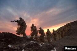 中国海军陆战队军人在新疆从事军事训练