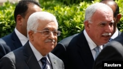 2014年9月7日巴勒斯坦權力機構主席馬哈茂德•阿巴斯和外交部長里亞德•馬利基(右)到達開羅出席阿盟外長緊急會議。