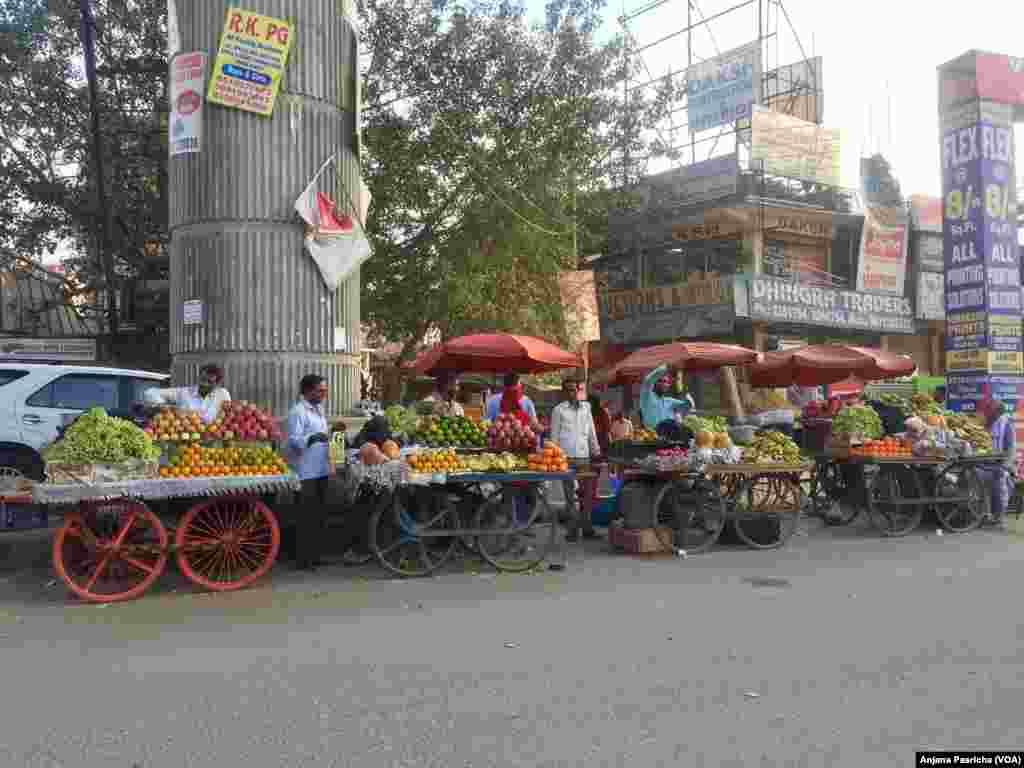 Sektor informal India termasuk banyak pekerja yang menjual buah, sayur dan perkakas.