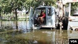 Air yang masih menggenang di Bangkok, Thailand, Sabtu (29/10).