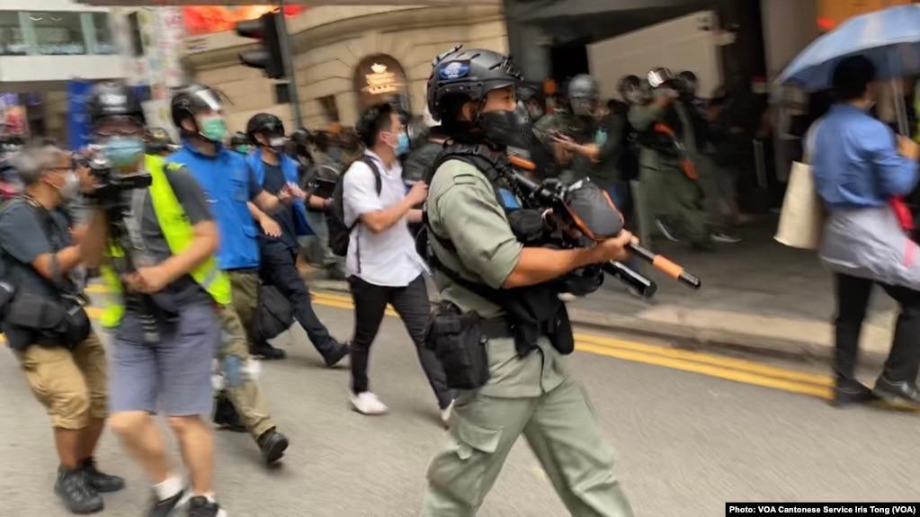 大批香港防暴警察2020年5月27日中午在中环毕打街一带多次施放胡椒球弹,驱散反对中国国歌法立法的示威群众。 (美国之音汤惠芸拍摄)