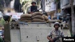 2013年9月17日开罗解放广场辆装甲运兵车上的埃及军人