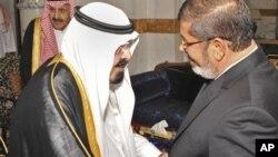 Президента Египта Мохамед Мурси приветствует король Саудовской Аравии Абдалла бин Абдулазиз аль-Сауд. Джидда, Саудовская Аравия. 11 июля 2012 г.