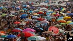 Ljudi na plaži po vrelom danu u Barseloni, Španija, 4. avgusta 2018.