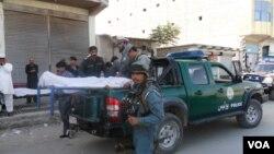 1일 아프가니스탄 코스트 시 인근에서 벌어진 폭탄 테러가 발생한 가운데, 경찰차에 실리는 희생자들의 시신.