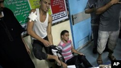 이스라엘의 공습을 받은 가자지구 내 팔레스타인 주민들이 시파 병원 응급실에서 치료 받고 있다.