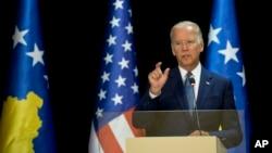 Phó Tổng thống Mỹ Joe Biden phát biểu trong một cuộc họp báo chung với Tổng thống Kosovo ở Pristina, Kosovo, ngày 17/8/2016.