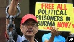 Para aktivis melakukan unjuk rasa menuntut pembebasan semua tahanan politik di Burma dalam aksi protes di depan Kedutaan Burma di Manila (foto: dok).