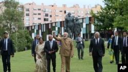 Gelombang Perdana Menteri India Narendra Modi saat berkunjung ke Kuil Radha Krishna di Lisbon, Portugal, 24 Juni 2017.