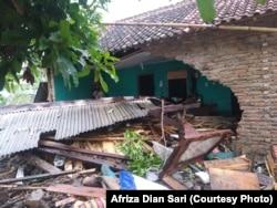 Rumah warga Banding, Rajabasa, Lampung Selatan rusak diterjang tsunami. (foto: Courtesy Afriza Dian Sari)