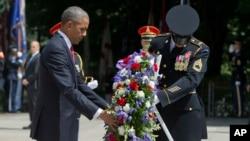 奧巴馬總統星期一在阿靈頓公墓向無名烈士墓獻花圈