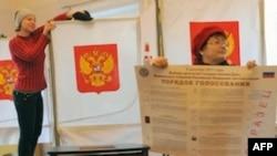 Nhân viên phụ trách bầu cử Nga làm việc trong phòng đầu phiếu