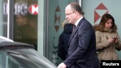 瑞士總檢察長約諾特離開匯豐銀行在日內瓦的瑞士分行。(2015年2月18日)