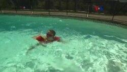 Encuentran causa de ojos colorados en la piscina