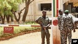 馬里政變軍人星期天在馬里首都巴馬科外面的總部站崗