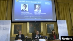Hình các nhà khoa học Robert Lefkowitz và Brian Kobilka (phải) của Mỹ trong một cuộc họp báo của Viện Hàn lâm Khoa học Hoàng gia Thụy Điển ở Stockholm, ngày 10/10/2012