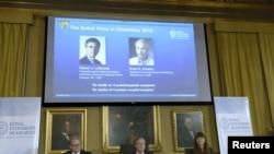 Snimak konferencije za medije u Kraljevskoj švedskoj akademiji nauka, u Stokholmu sa fotografijama dobitnika Nobelove nagrade za hemiju