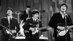 """Penampilan perdana The Beatles di Amerika Serikat dalam program """"Ed Sullivan Show"""" pada Februari 1964 di New York."""