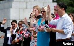 واشنگٹن میں تارکین وطن امریکی شہریت کا حلف اٹھا رہے ہیں۔