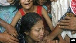 Mientras las mujeres son víctimas de abusos sexuales, los hombres y niños son obligados a realizar trabajos forzados.