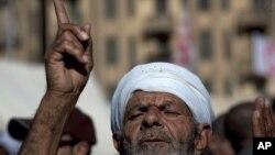 Những người Ai Cập phản đối Tổng thống Morsi, tham gia buổi cầu nguyện ngày thứ Sáu tại Quảng trường Tahrir, 1/12/12