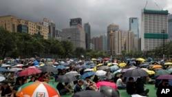 Ljudi nose kišobrane tokom okupljanja u Viktorija parku, kako bi učestvovali u protestima proitv zakona o ekstradiciji u Hong Kongu, 11. avgusta 2019.