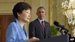바락 오바마 미국 대통령(오른쪽)이 16일 워싱턴 백악관에서 박근혜 한국 대통령과 정상회담에 이어 공동기자회견을 가졌다.