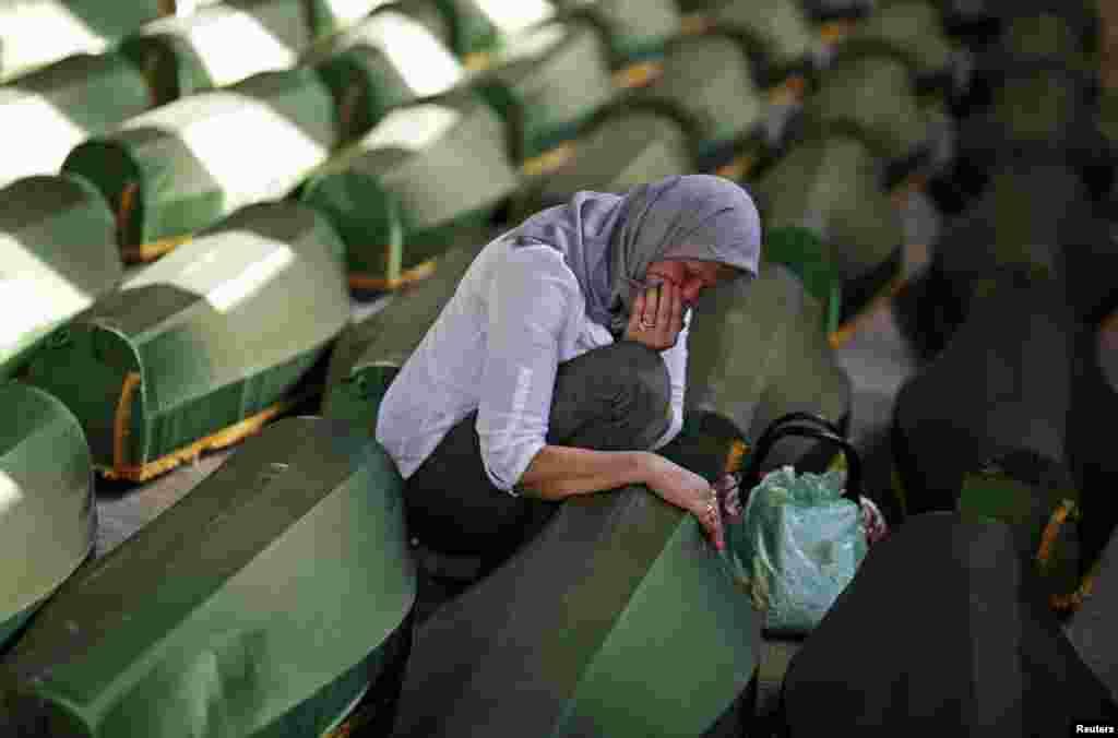 한 보스니안 여인이 1995년 슬레브레니차 집단학살로 사망한 친척의 관을 잡고 울고 있다. 최근 슬레브레니차 집단학살 희생자 시체 173구가 새로이 발견되었다.