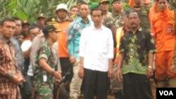 Presiden Jokowi meninjau lokasi bencana tanah longsor di Banjarnegara (Foto: Arwana Satria, relawan Muhammadiyah)