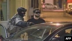 Policija privodi jednog od osumnjičenih za planiranje terorističkih napada
