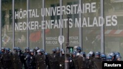 Les CRS sécurisent leurs positions à l'extérieur de l'Hôpital universitaires Necker-Enfants malades lors des manifestations à Paris, France, le 14 juin 2016.