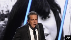 Glenn Frey saat memberikan sambutan dalam acara penganugerahan Rock and Roll Hall of Fame 2014 di New York, 10 April 2014 (Foto: dok).