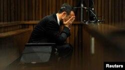 El atleta olímpico, Óscar Pistorius, se declaró inocente de la muerte de su novia, la modelo Reeva Steenkamp, sosteniendo que le disparó por error.