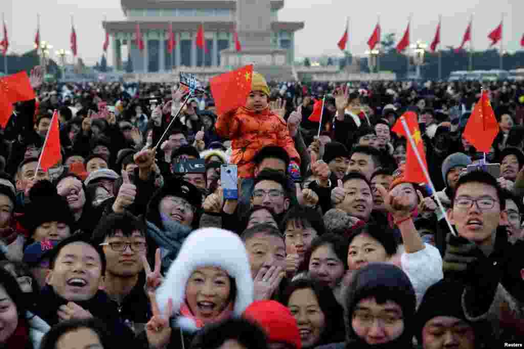 2019年1月1日人们聚集在天安门广场观看升旗仪式。