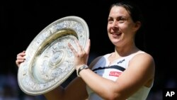 6일 2013 윔블던 테니스대회 여자 단식 경기에서 우승한 프랑스의 마리옹 바르톨리가 우승패를 들고 환하게 웃고 있다.
