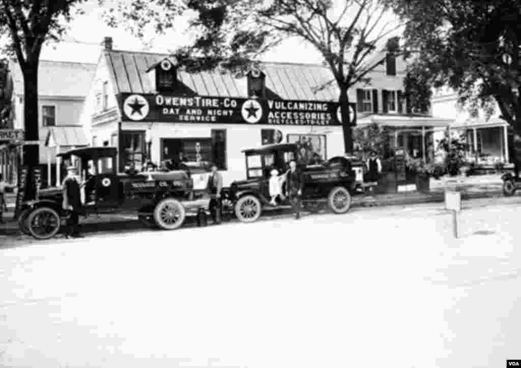 گاراژ اوونز، در تقاطع خیابانهای دوک گلاستر و خیابان هنری شمالی در شهر ویلیامزبرگ – در دهه ۱۹۲۰ میلادی گاراژ تخریب شد تا بار دیگر شهر را به ریشههای تاریخیاش برگردانند.