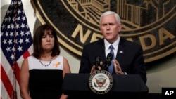 美国副总统彭斯在夫人凯伦的陪伴下向参加上周日拉斯维加斯音乐会枪击案遇难者悼念活动的人群发表讲话。(2017年10月7日)