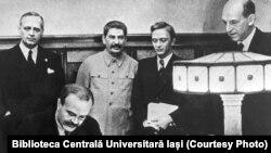 Сталин на церемонии подписания Пакта Молотова-Риббентропа. 23 августа 1939 г.